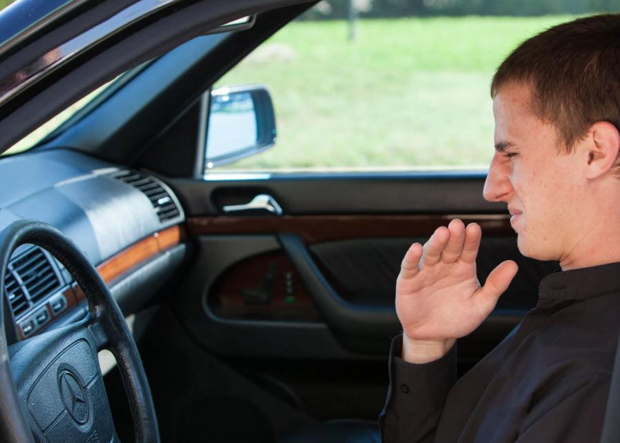 Почему пахнет бензином в салоне автомобиля при запуске двигателя