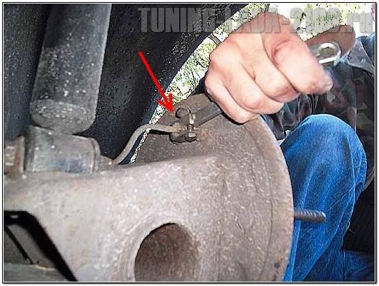 Откручиваем тормозную трубку от цилиндра