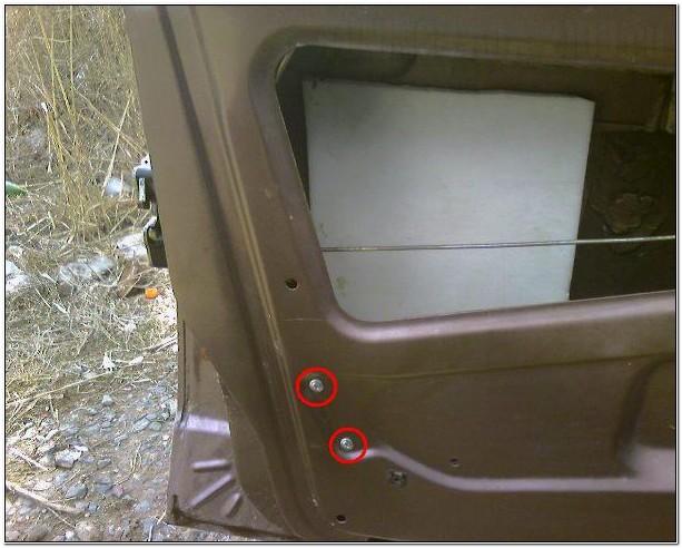 Отверстия для крепления активатора в передней двери