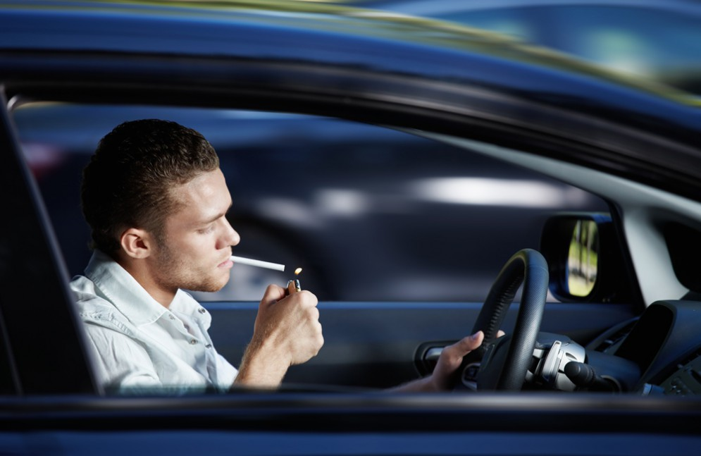 Курить за рулем – опасное дело