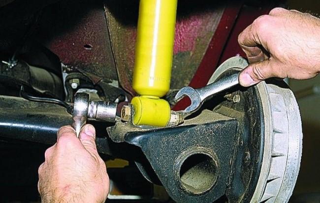 Демонтаж заднего амортизатора на ВАЗ 2113