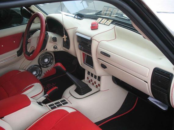 Улучшена панель приборов ВАЗ 2110 выполненная в бело красных тонах